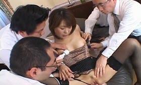 Milf asiatica spompina tre colleghi in ufficio