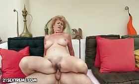 Creampie vaginale per una vecchia troia in calore