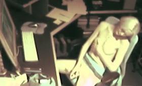 Masturbazione in ufficio con un vibratore