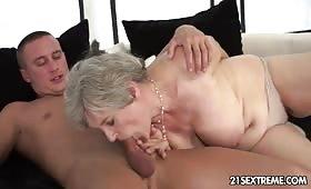 Nonna perversa si scopa il nipote arrapato