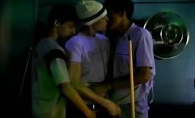 Sesso di gruppo con pompini tra giovani gay