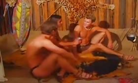 Sesso a tre con pompini golosi tra gay eccitati