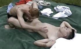 Giovani gay fanno pompini all'aperto