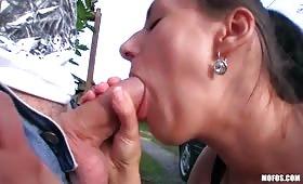 Sesso all'aperto con una bruentta che si scopa per soldi
