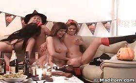 Troie lesbiche in una orgia durante la festa di Halloween