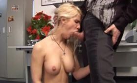 Sesso in ufficio con una segretaria tettona vogliosa di cazzo