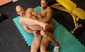 Sesso anale sul tappeto tra due ragazzi cazzuti