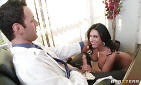 Dottore cazzuto scopa una milf brunetta
