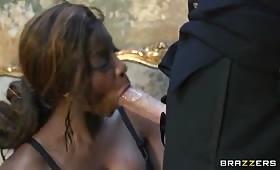 Sesso interrazziale con una troia nera fottuta senza tregua