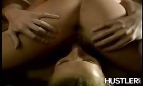 Due lesbiche fanno sesso arrapante vicino al jacuzzi