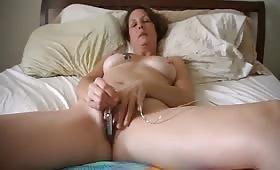 Jenna Sin usa un vibratore tra le labbra della vagina